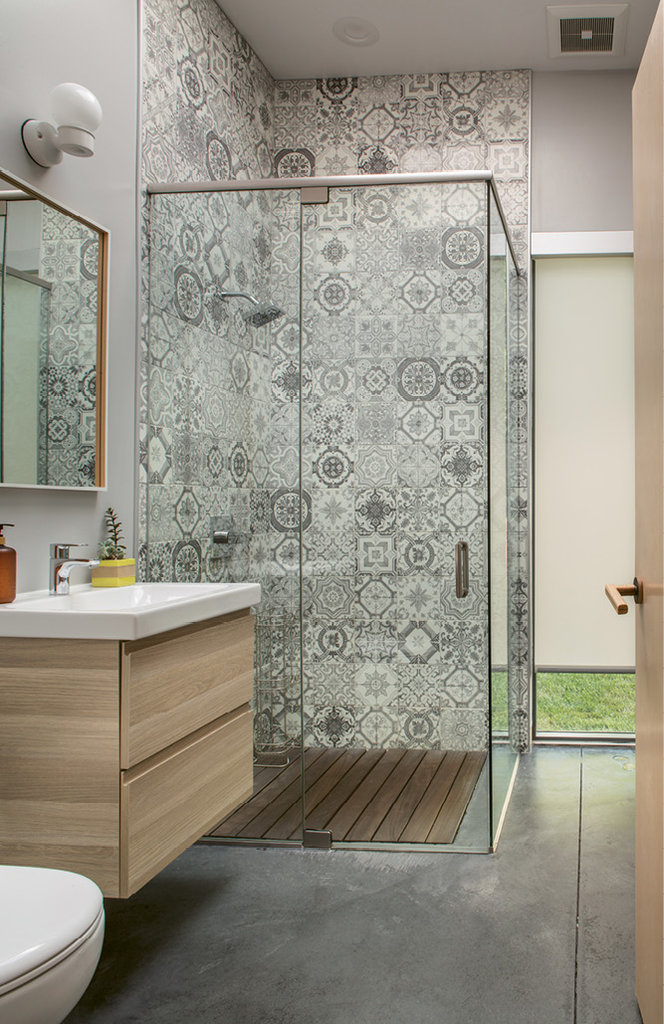In the guest bathroom, the couple chose a patterned tile.